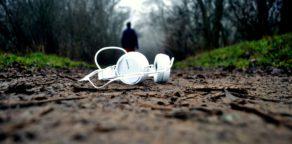 ein weißer Kopfhörer liegt auf dem Waldboden